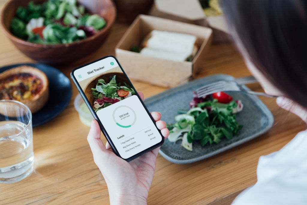 count calories with smartphone while eating lunch.